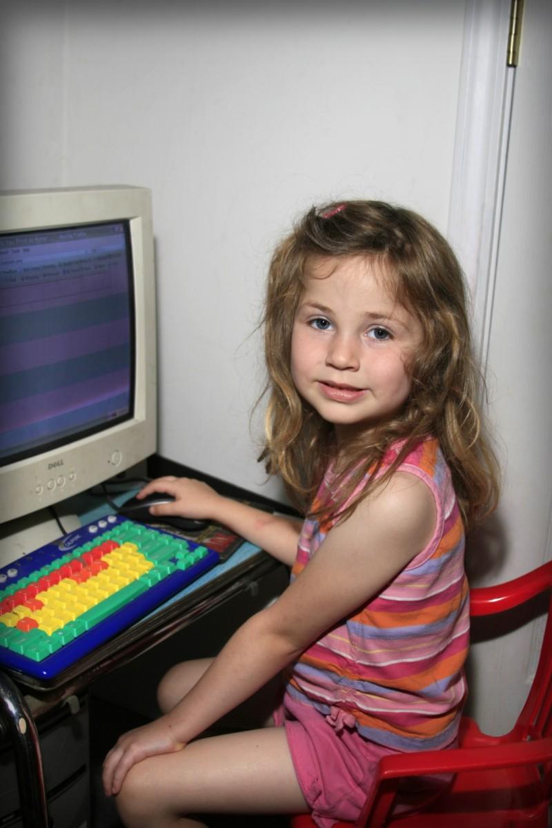 niña pequeña en ordenador