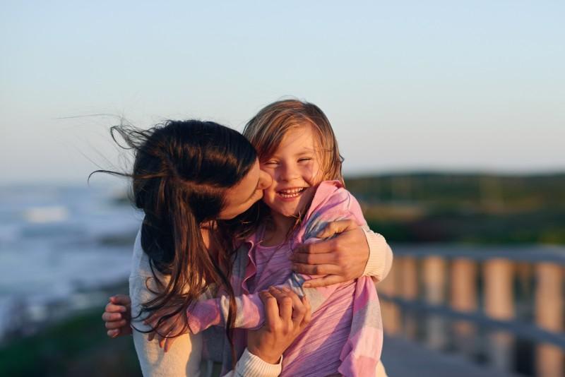 Mama y su hija abrazándose