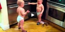 Bebés gemelos hablan de sus cosas