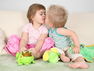 ninos-besandose