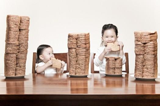 niñas comiendo pan Encuesta: Cuando un niño no come...