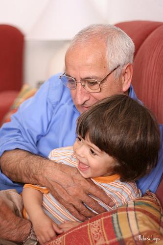 abuelo nino abrazo Consulta: mi hijo no quiere besar a sus abuelos.