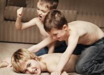 niños peleando