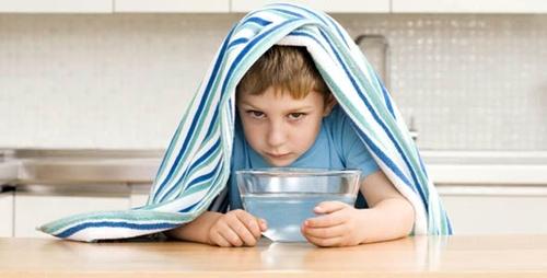niño resfriado haciendo vapores