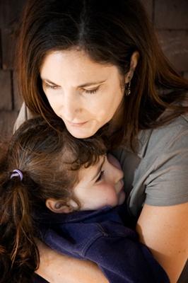 madre e hija abrazadas tristes