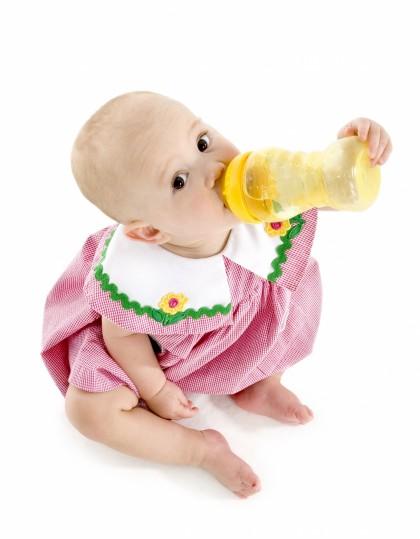 Bebé tomando un biberón