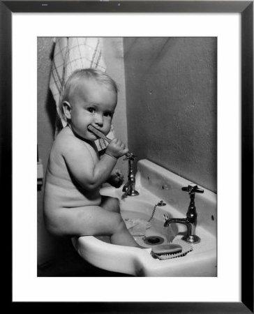 Bebé lavándose los dientes