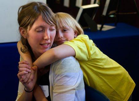 abrazo madre hija Las ventajas de educar con disciplina positiva