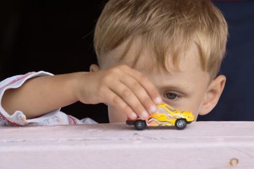 Niño jugando con coche  TDAH III: Otros factores que también alteran la conducta del niño