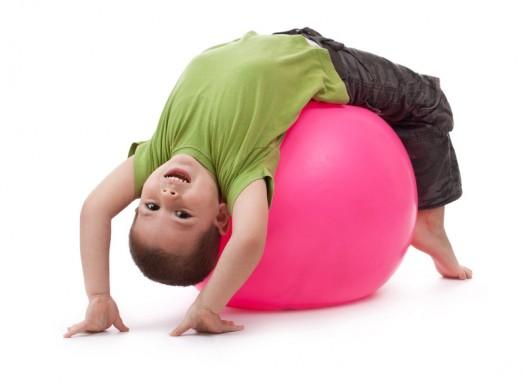 niño juega con pelota grande e1331212325237 ¿Es mi hijo hiperactivo? El TDAH en la etapa preescolar 0 6 años