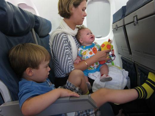 10 consejos para viajar en avión con niños